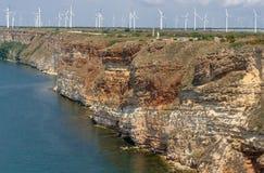 Alta costa ripida con i generatori eolici Immagini Stock