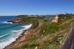 Alta costa ripida dell'oceano nel giorno di estate Fotografia Stock Libera da Diritti