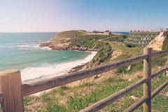 Alta costa ripida dell'oceano nel giorno di estate Immagine Stock Libera da Diritti