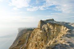 Alta costa rocciosa del mare Immagini Stock