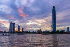 Alta costruzione al fiume Fotografia Stock Libera da Diritti