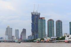 Alta costruzione al fiume Immagini Stock