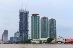Alta costruzione al fiume Fotografie Stock