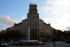 Alta costruzione alla rotonda nella città di Barcellona, Spagna Fotografia Stock Libera da Diritti
