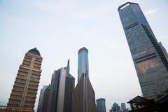 Alta costruzione con il fondo del cielo blu Immagini Stock