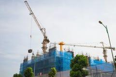 Alta costruzione in costruzione con il lavoro delle gru Immagini Stock Libere da Diritti