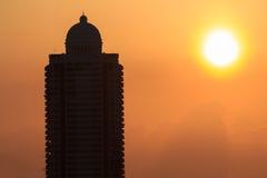 Alta costruzione con il sole Fotografie Stock Libere da Diritti