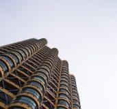Alta costruzione con la vista arrotondata dei balconi dal basso verso l'alto Immagine Stock Libera da Diritti