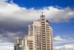 Alta costruzione contro il cielo Fotografia Stock Libera da Diritti