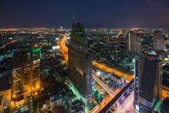 alta costruzione in costruzione con la gru e l'illuminazione a Fotografia Stock