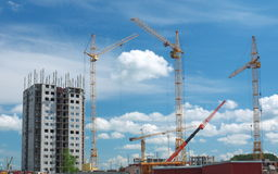 Alta costruzione in costruzione con le gru Fotografia Stock Libera da Diritti