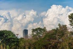 Alta costruzione del condominio alla vista lunga sotto il cielo blu e molti grandi Fotografia Stock