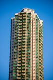 Alta costruzione del condominio di aumento contro il fondo del cielo blu Fotografia Stock Libera da Diritti