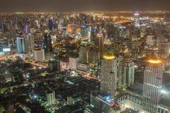 Alta costruzione dell'orizzonte di Bangkok alla notte Fotografia Stock