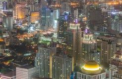 Alta costruzione dell'orizzonte di Bangkok alla notte Immagini Stock Libere da Diritti