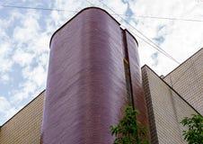 Alta costruzione dell'ufficio viola moderno Fotografie Stock Libere da Diritti