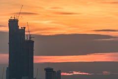 Alta costruzione della costruzione con il grande effetto del sole e nuvoloso della luce Fotografie Stock Libere da Diritti