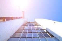 Alta costruzione della progettazione futuristica fatta di calcestruzzo e di vetro - fondo moderno di architettura Fotografia Stock