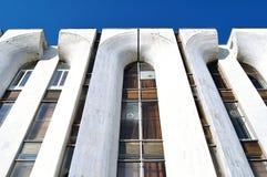 Alta costruzione della progettazione futuristica fatta di calcestruzzo - fondo moderno di architettura Fotografia Stock