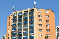 Alta costruzione di appartamento con le antenne Fotografia Stock Libera da Diritti