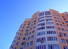 Alta costruzione di appartamento di aumento Fotografie Stock