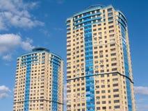 Alta costruzione di appartamento moderna due sullo spirito del cielo blu Fotografie Stock Libere da Diritti