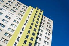 Alta costruzione di appartamento moderna sotto il cielo blu fotografia stock