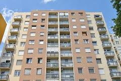 Alta costruzione di appartamento nella città Immagini Stock
