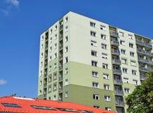 Alta costruzione di appartamento nella città Immagine Stock Libera da Diritti