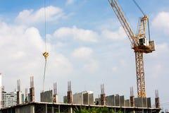 Alta costruzione di aumento che va in su Fotografie Stock Libere da Diritti