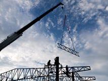 Alta costruzione di aumento che va in su Casa di dimora della costruzione house Costruzione della Camera Fotografie Stock