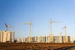 Alta costruzione di aumento che va in su città Immagini Stock