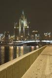 Alta costruzione di aumento nella notte Fotografie Stock