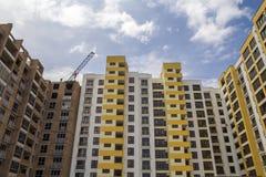 Alta costruzione di mattone residenziale a più piani in aumento dell'appartamento e Immagini Stock Libere da Diritti