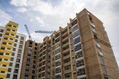Alta costruzione di mattone residenziale a più piani in aumento dell'appartamento e Immagine Stock Libera da Diritti