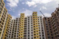 Alta costruzione di mattone residenziale a più piani in aumento dell'appartamento e Immagini Stock