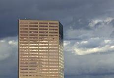 Alta costruzione di rame di aumento il giorno nuvoloso Fotografie Stock