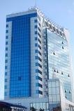 Alta costruzione di vetro contro il cielo blu Fotografia Stock Libera da Diritti
