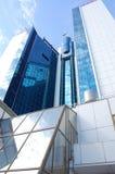 Alta costruzione di vetro contro il cielo blu Fotografie Stock