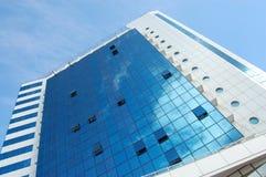 Alta costruzione di vetro contro il cielo blu Fotografie Stock Libere da Diritti