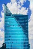 Alta costruzione di vetro moderna del grattacielo contro il cielo blu su estate Fotografie Stock Libere da Diritti