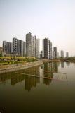 Alta costruzione e l'ambiente circostante Fotografia Stock Libera da Diritti