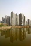 Alta costruzione e l'ambiente circostante Fotografie Stock