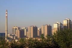 Alta costruzione e l'ambiente circostante Immagine Stock Libera da Diritti