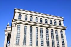 Alta costruzione e l'ambiente circostante Fotografia Stock