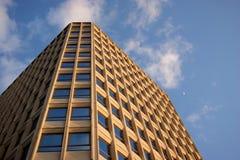 Alta costruzione gialla Fotografie Stock