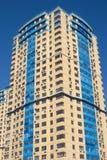 Alta costruzione gialla sul cielo cloudless blu Fotografia Stock Libera da Diritti