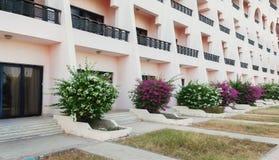 Alta costruzione lunga con i balconi ed i fiori Immagini Stock