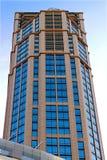 Alta costruzione moderna in cielo blu Immagine Stock