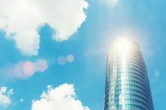 Alta costruzione moderna con il vetro con cielo blu e luce solare Busi Immagini Stock Libere da Diritti